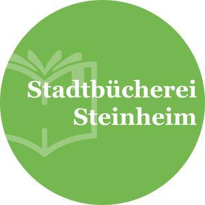 Das Logo der Stadtbücherei Steinheim ist kreisrund und enthält neben dem Schriftzug auch als Icon ein aufgeblättertes Buch. Die Grundfarbe ist grün mit weißer Schrift.