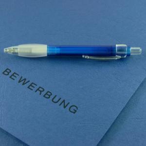 Das Icon zeigt einen Kugelschreiber auf einer Bewerbungsmappe liegend.